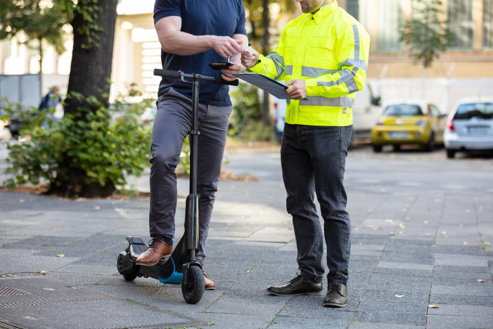 E-Scooter mit Straßenzulassung, ohne solltest du nicht auf öffentlichen Wegen unterwegs sein